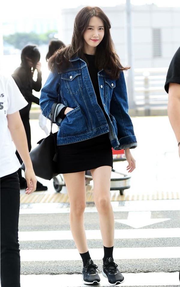 소녀시대 윤아가 tvN 드라마 'K2' 로케 촬영차 2일 오전 인천국제공항을 통해 스페인으로 출국하며 미소를 짓고 있다.