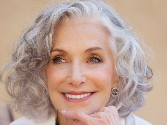 70 Anti-Aging Short Hairstyles For Older Women